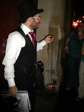 Dark Paris : Julien telling a compelling and ghoulish story