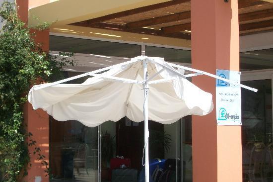 Ombrelloni in piscina bild fr n olympia sun hotel for Piscina hotel olympia