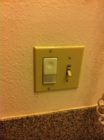 Monterey Fairgrounds Inn: Bathroom light did NOT work