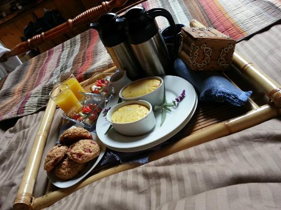 Alegria Oceanfront Inn and Cottages: What better way to celebrate your first morning being engaged?? Breakfast in bed!