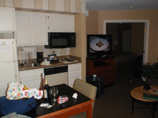 Homewood Suites by Hilton San Jose Airport-Silicon Valley: A 2 burner stove. Seriously a great kitchen
