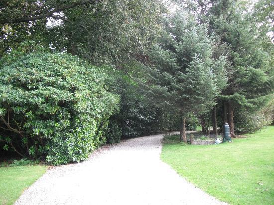 Waterhead Hotel: garden walk