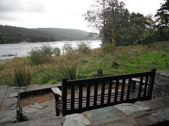 Waterhead Hotel: seat by the lake