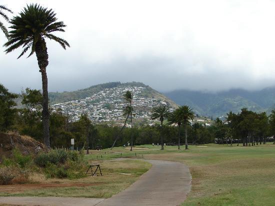 Ala Wai Municipal Golf Course: The hills of Oahu surrounding the flat golf course.