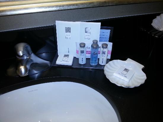 Hampton Inn Visalia: Amenidades do banheiro