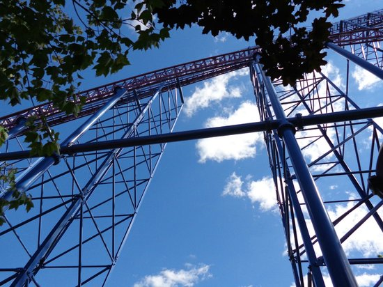 Six Flags New England: this roller coaster ride made me scream soooo loud..maybe 200ft high
