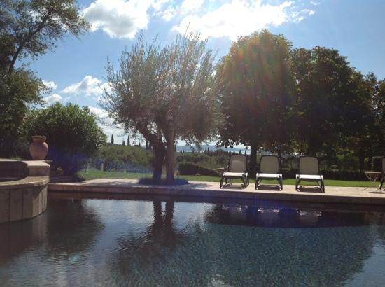 I Capricci di Merion: View across the pool & garden towards Lake Trasimeno