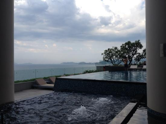 Sheraton Nha Trang Hotel and Spa: Jacuzzi and pool