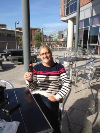 Jurys Inn Liverpool: Laura in jury's beer garden......happy days!