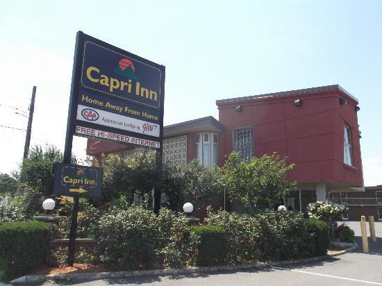 Capri Inn: Enseigne de l'hôtel au 6 juillet 2012.