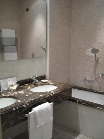 Aldrovandi Villa Borghese: deluxe double bathroom