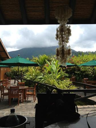 Nayara Resort Spa & Gardens: View of Volcano at Lunch