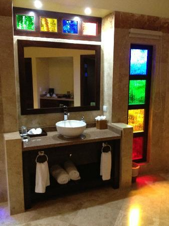 Nayara Resort Spa & Gardens: On of the dual sinks