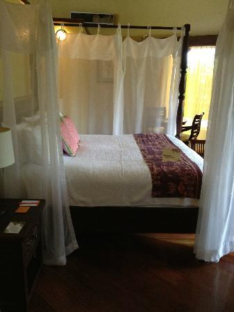 Nayara Resort Spa & Gardens: Bed in Bungalow 38