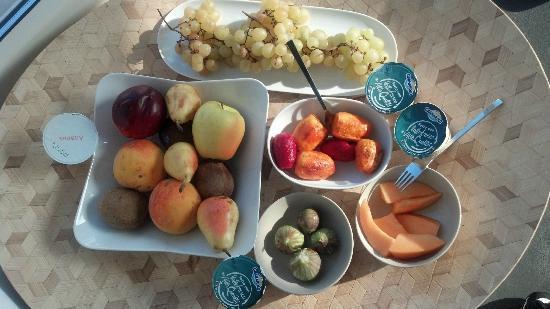 Resort Bufi Private Beach: Fresh local fruits!