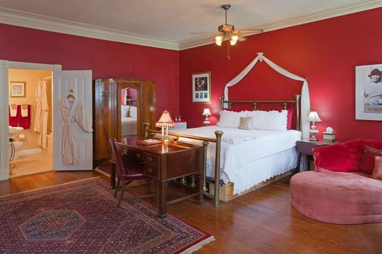 Akwaaba DC: Zora Neale Hurston Suite, King bed, private bath with Jacuzzi