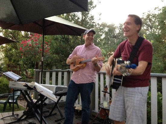Santa Ynez, CA: Sing-alongs during Happy Hour