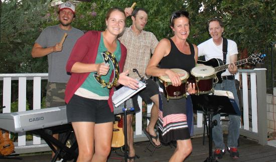 Santa Ynez, Калифорния: Guests Join in the live music fun during Happy Hour
