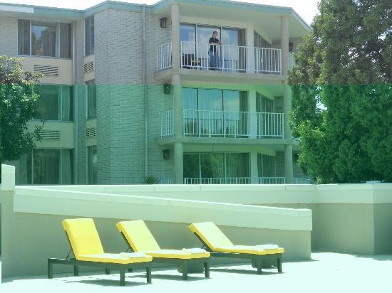بوشكيل إن آند كونفرانس سنتر: Rooms with a balcony face the pool 