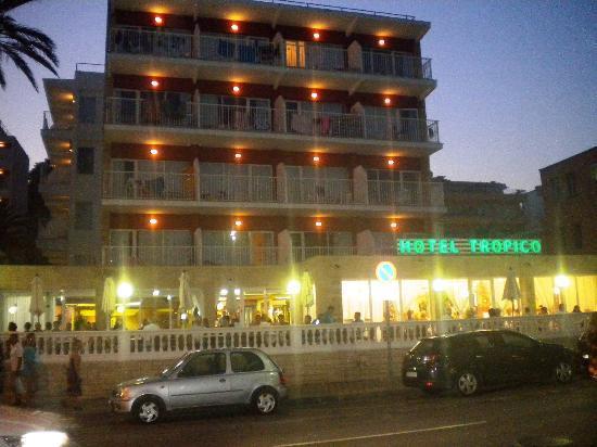 Hotel Tropico Playa: Hotel at dusk