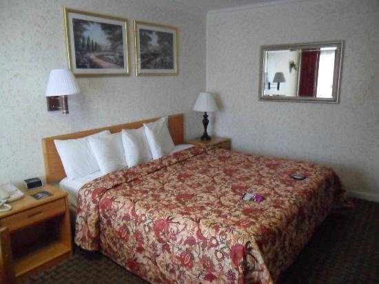 Travelers Inn: Comfortable bed 
