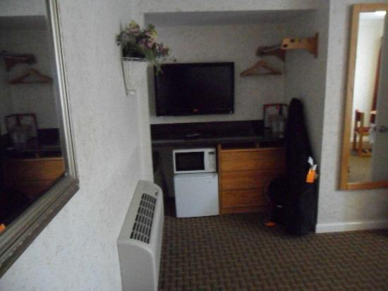 Travelers Inn: Large flat screen TV, microwave & fridge