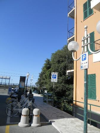 Hotel Stagnaro: Laterale hotel con fermata bus a 20 mt e mare