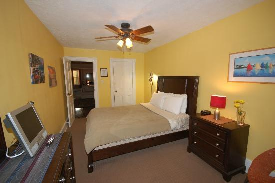 Meridian Manor Bed and Breakfast: Yellow room, 4th floor, Queen bed, shared hall bath