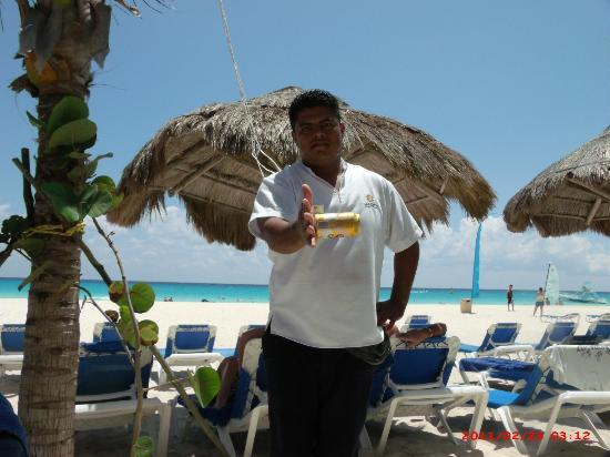 Sandos Playacar Beach Resort: Sandos Staff at the beach