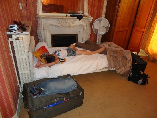 أوتل دارجينسون: second single bed could only fit by the fireplace 