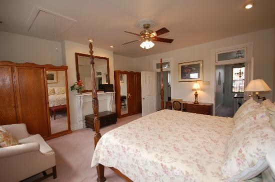 Cardozo Guest House: Norwell room, King bed, private Jacuzzi bath