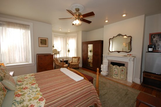 Cardozo Guest House: Hingham room, King bed, shared hall bath