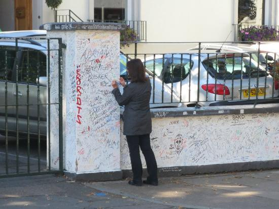 Small Car BIG CITY: Signing the wall at Abbey Road Studios