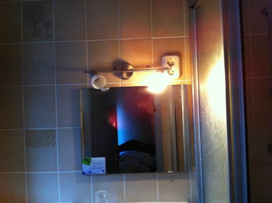 Basic-Hotel Ostseehalle: Licht im Bad defekt