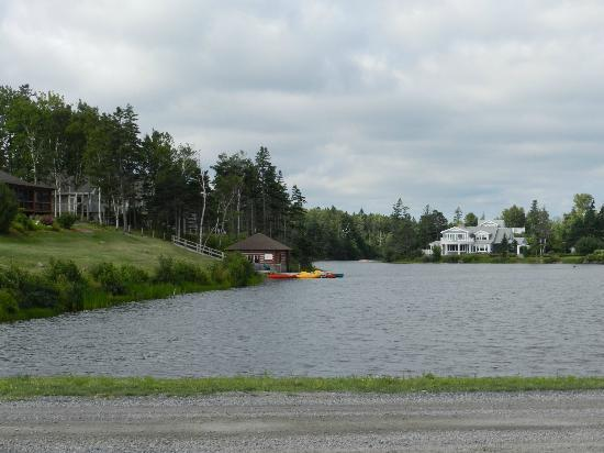 Pictou Lodge Beachfront Resort : Boathouse and pond
