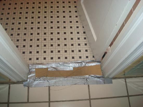 Everglades International Hostel: Entrance bathroom, cardboard & tape??