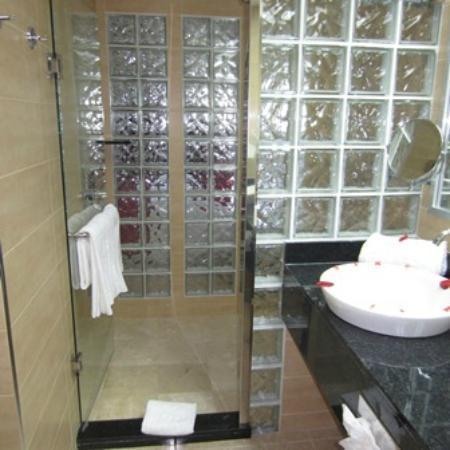 Hotel Riu Palace Macao : Updated shower