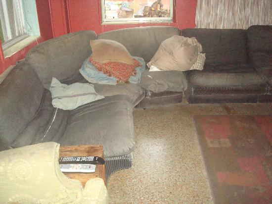 Everglades International Hostel: Couch in tv room