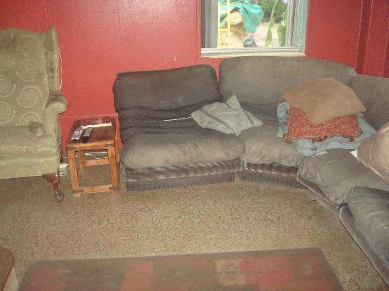 Everglades International Hostel: Couch in tv room, no comment