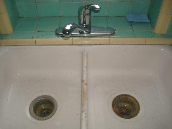 Everglades International Hostel: Upstairs sink