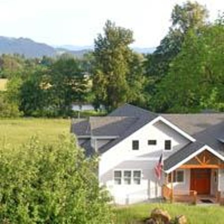 McKenzie Orchards Bed and Breakfast Inn: Front of inn with view of river