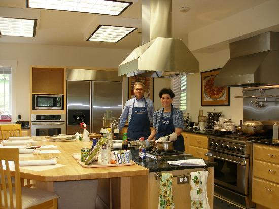 McKenzie Orchards Bed and Breakfast Inn: The innkeepers about to give a cooking class