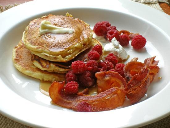 McKenzie Orchards Bed and Breakfast Inn: Luscious buttermilk pancakes breakfast