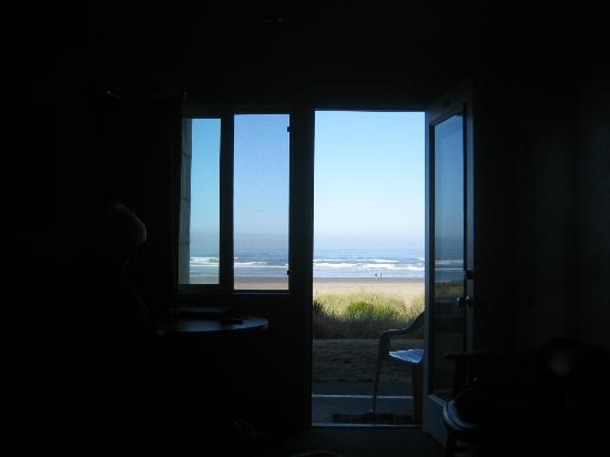 Silver Sands Oceanfront Motel: view from the bed