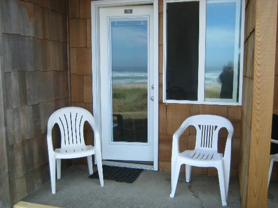 Rockaway Beach, Oregón: our private patio... small but cozy