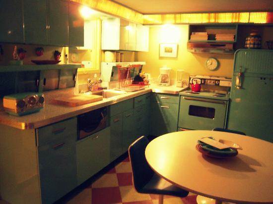 Kate's Lazy Meadow Motel: kitchen