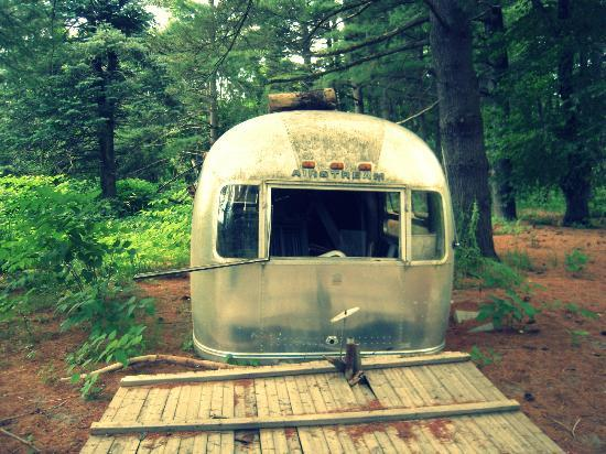 Kate's Lazy Meadow Motel: old unused airstream