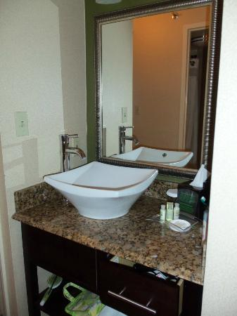Holiday Inn Charlotte - Center City: Interesting sink placement!
