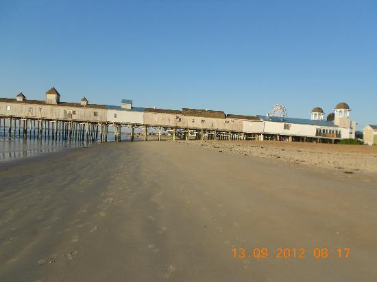Normandie Oceanfront Motor Inn: View of the Pier from beach.