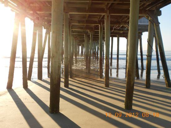 Normandie Oceanfront Motor Inn: under the Pier
